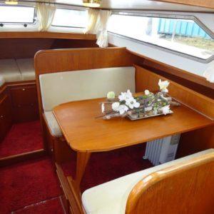 Gedekte tafel in een jacht