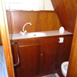 toilet en wasbak op boot