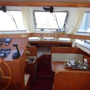 Binnenin boot met roer